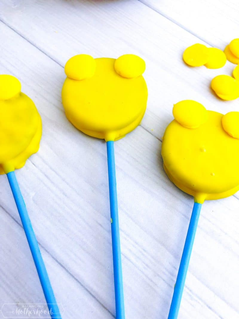 Enjoy a beary good snack with these Winnie the Pooh cake pops!